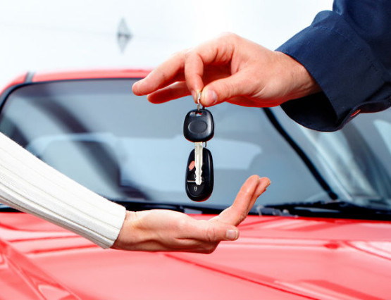 man-handing-woman-car-keys-700x460-main