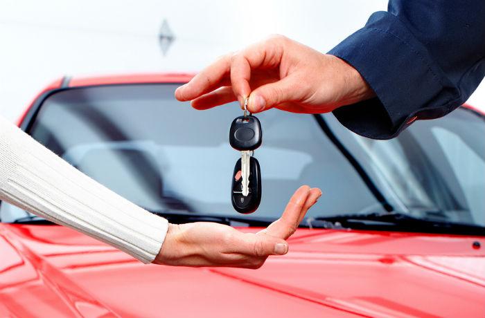 man-handing-woman-car-keys-700x460-main